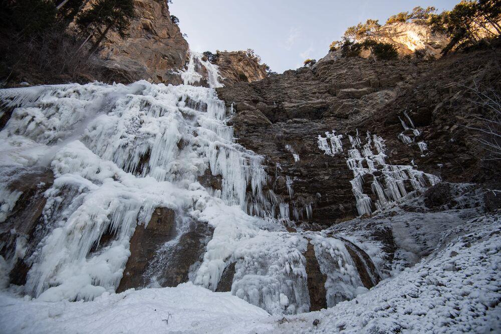 Na Krymie zamarzł 100-metrowy wodospad Uczan-Su