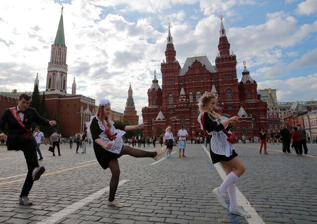 Rosyjscy uczniowie na Placu Czerwonym w Moskwie