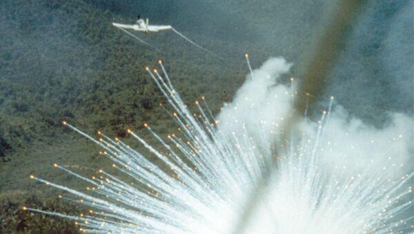 Amerykański samolot szturmowy A-1E zrzuca bombę fosforową podczas wojny w Wietnamie, 1966 rok - Sputnik Polska