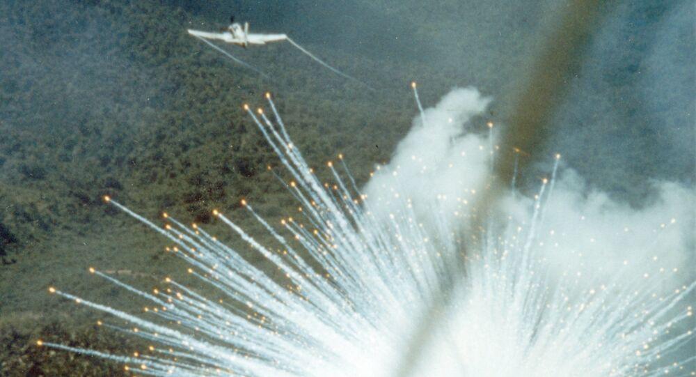 Amerykański samolot szturmowy A-1E zrzuca bombę fosforową podczas wojny w Wietnamie, 1966 rok