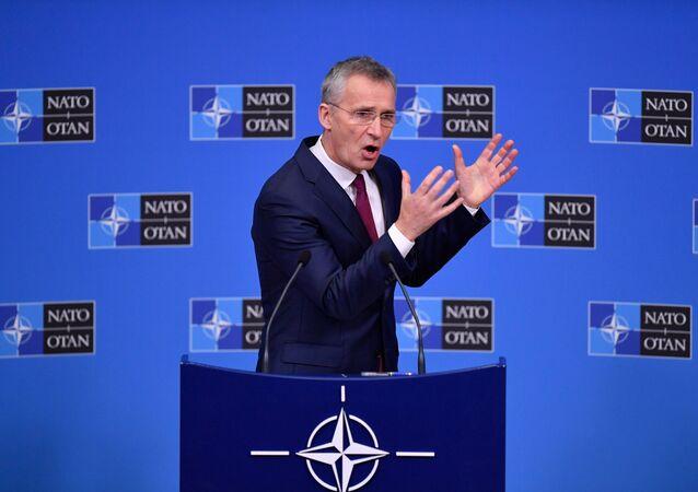 Serketarz generalny NATO Jens Stoltenberg na konferencji prasowej w Brukseli