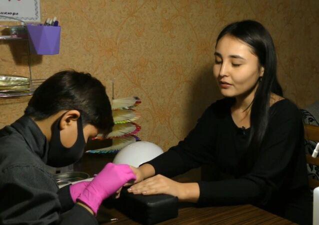 Uczeń szóstej klasy zarabia na leczenie brata manicurem