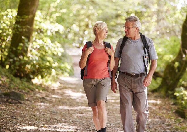 Para w podeszłym wieku podczas spaceru w parku