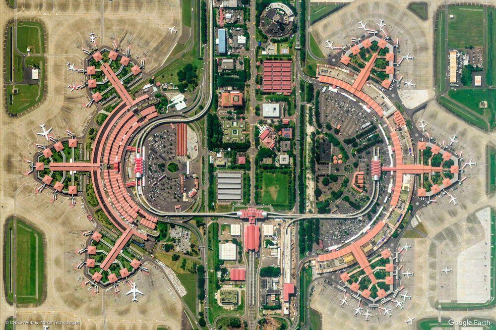 Zdjęcie z kosmosu międzynarodowego lotniska Soekarno-Hatta w mieście Tangerang w prowincji Banten, Indonezja.