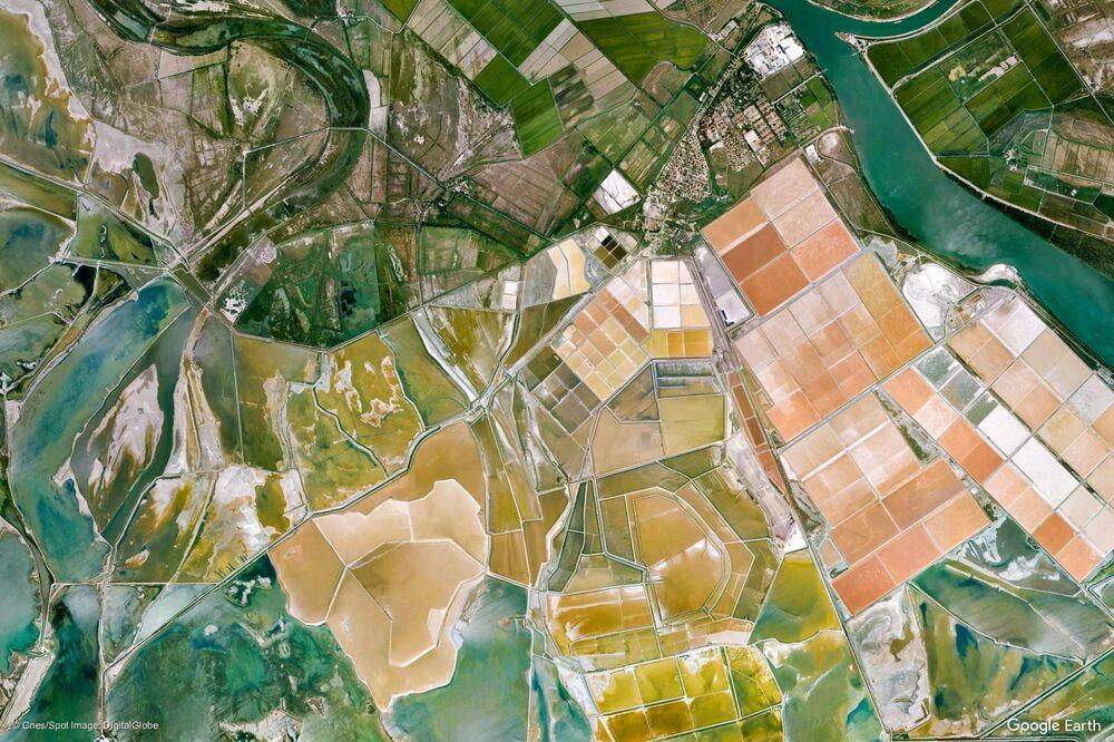 Zdjęcie z kosmosu gminy Arles w regionie Prowansja-Alpy-Lazurowe Wybrzeże, Francja.