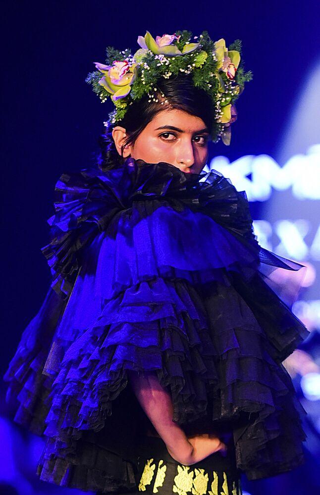 Modelka podczas prezentacji kolekcji Sanjuktta Dutta na Tygodniu Mody Lakme 2020 Summer/Resort fashion show w Bombaju.
