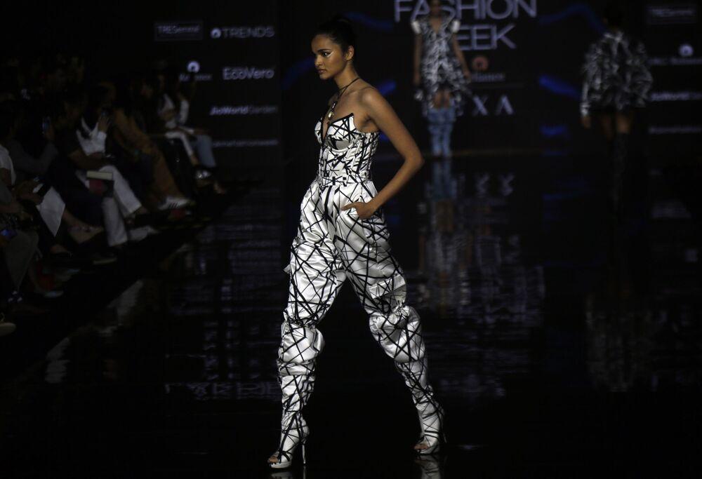 Modelka podczas prezentacji kolekcji Swapnil Shinde na Tygodniu Mody Lakme 2020 Summer/Resort fashion show w Bombaju.