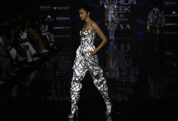 Modelka podczas prezentacji kolekcji Swapnil Shinde na Tygodniu Mody Lakme 2020 Summer/Resort fashion show w Bombaju - Sputnik Polska