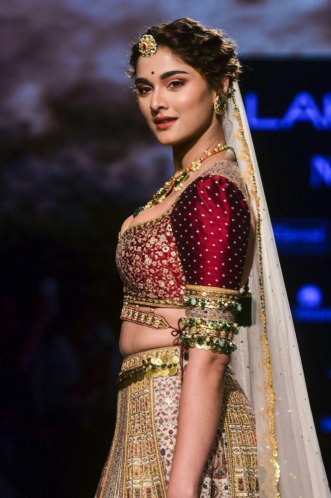 Aktorka Bollywood podczas prezentacji kolekcji Jiviva na Tygodniu Mody Lakme 2020 Summer/Resort fashion show w Bombaju.