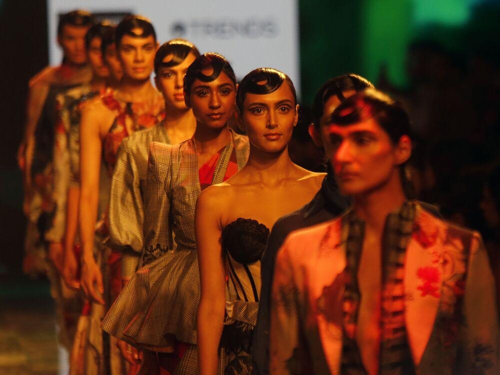Modelki podczas prezentacji kolekcji House of Three X Tantajo na Tygodniu Mody Lakme 2020 Summer/Resort fashion show w Bombaju.