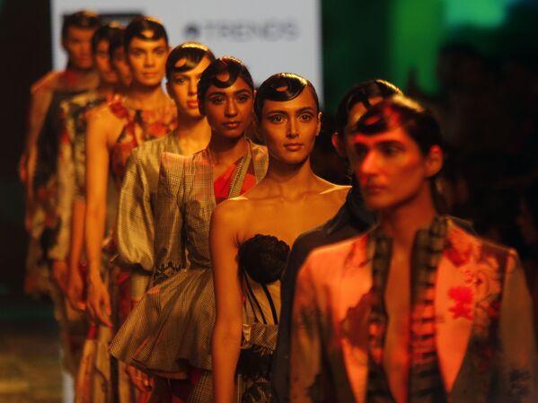 Modelki podczas prezentacji kolekcji House of Three X Tantajo na Tygodniu Mody Lakme 2020 Summer/Resort fashion show w Bombaju - Sputnik Polska