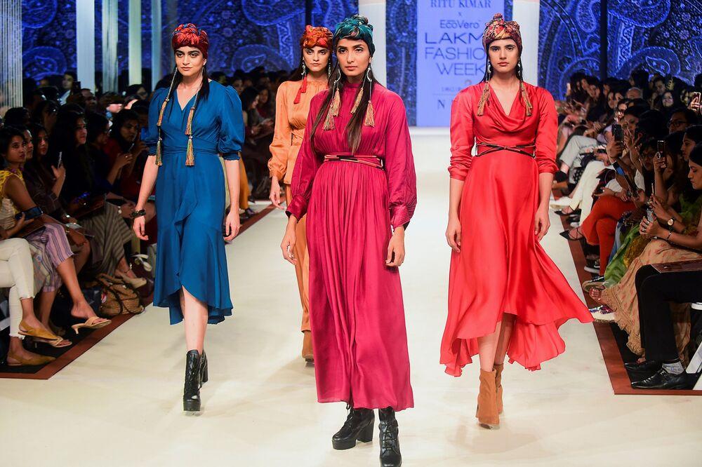 Modelki podczas prezentacji kolekcji Ritu Kumar na Tygodniu Mody Lakme 2020 Summer/Resort fashion show w Bombaju.