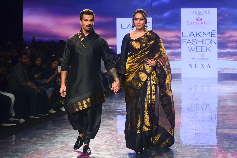 Aktorzy Bollywood podczas prezentacji kolekcji Sanjuktta Dutta na Tygodniu Mody Lakme 2020 Summer/Resort fashion show w Bombaju.
