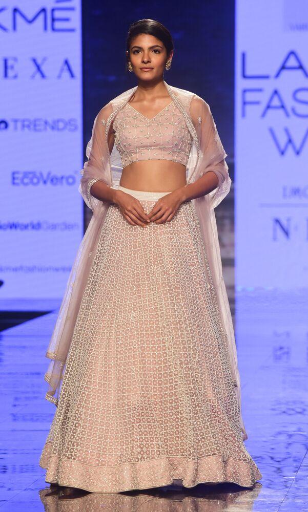 Modelka podczas prezentacji kolekcji Varun Chkkilam na pTygodniu Mody Lakme 2020 Summer/Resort fashion show w Bombaju.
