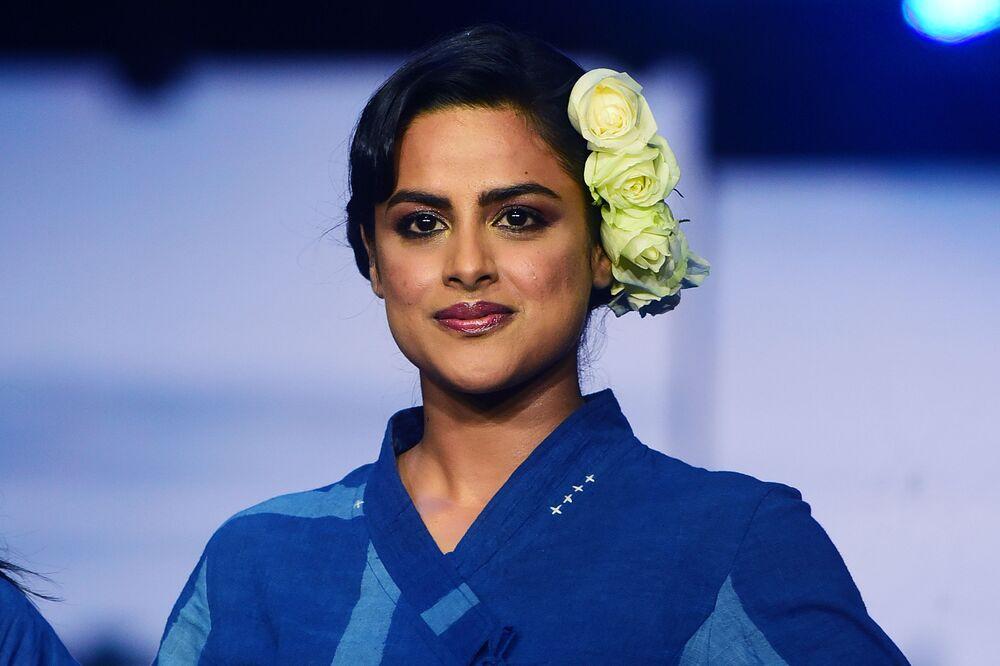 Aktorka Bollywood podczas prezentacji kolekcji Jayati Goenka na Tygodniu Mody Lakme 2020 Summer/Resort fashion show w Bombaju.