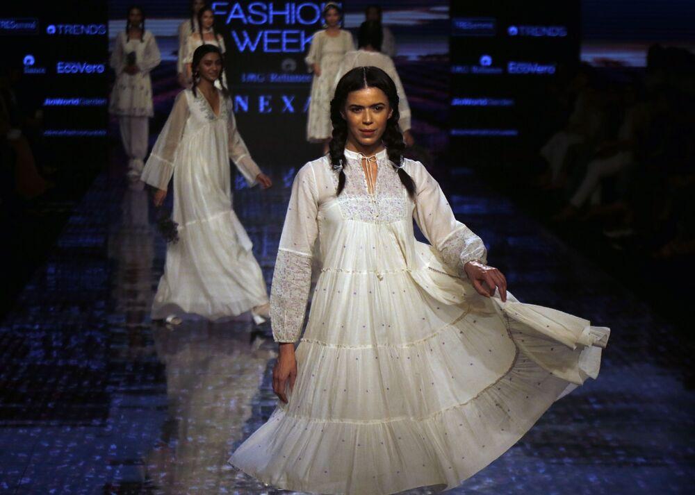 Modelki podczas prezentacji kolekcji Buna na Tygodniu Mody Lakme 2020 Summer/Resort fashion show w Bombaju.