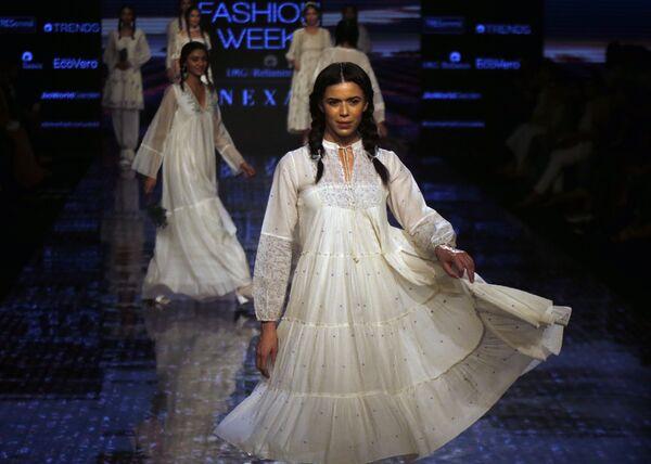 Modelki podczas prezentacji kolekcji Buna na Tygodniu Mody Lakme 2020 Summer/Resort fashion show w Bombaju - Sputnik Polska