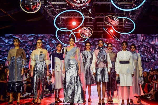 Modelki podczas prezentacji kolekcji Harshna i Mannat na Tygodniu Mody Lakme 2020 Summer/Resort fashion show w Bombaju - Sputnik Polska