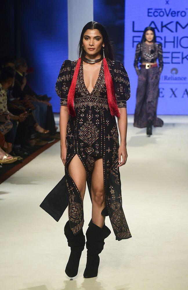 Modelka podczas prezentacji kolekcji Ritu Kumar na Tygodniu Mody Lakme 2020 Summer/Resort fashion show w Bombaju.