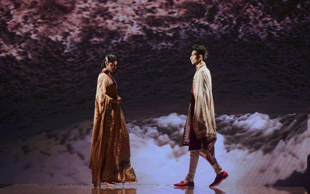 Modelki podczas prezentacji kolekcji Jiviva na Tygodniu Mody Lakme 2020 Summer/Resort fashion show w Bombaju.