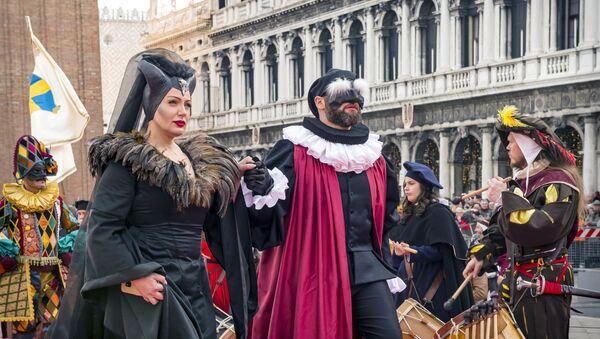 Uczestnicy karnawału w Wenecji 2020 na Placu św. Marka - Sputnik Polska
