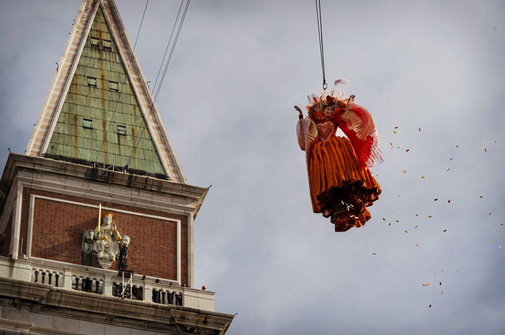Uczestniczka karnawału w Wenecji 2020 na Placu św. Marka