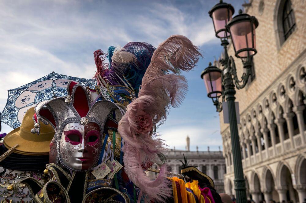 Uczestnik w masce podczas karnawału w Wenecji 2020 na Placu św. Marka