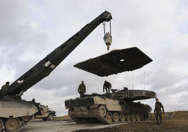Naprawa niemieckiego czołgu Leopard