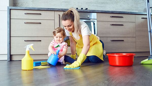 Kobieta sprząta mieszkanie - Sputnik Polska