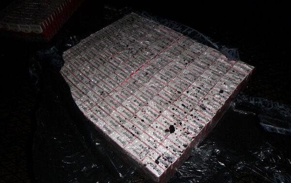 Paczki papierosów w węglu, transportowanym z Rosji do Polski - Sputnik Polska