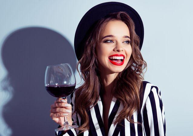 Piękna dziewczyna z kieliszkiem czerwonego wina