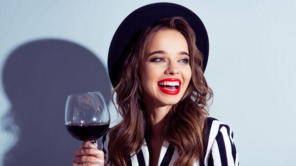 Piękna dziewczyna z kieliszkiem czerwonego wina - Sputnik Polska