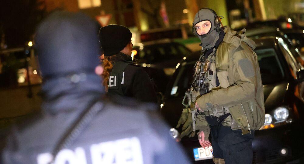 Policja i oddziały specjalne na miejscu strzelnicy w Niemczech