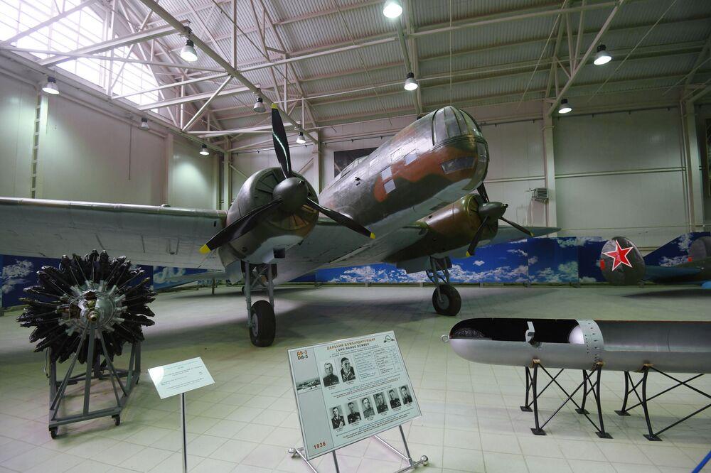 """DB-3 – radziecki bombowiec dalekiego zasięgu na wystawie """"Samoloty Wielkiej Wojny Ojczyźnianej"""" w Centralnym Muzeum Sił Lotniczych Federacji Rosyjskiej w Monino"""
