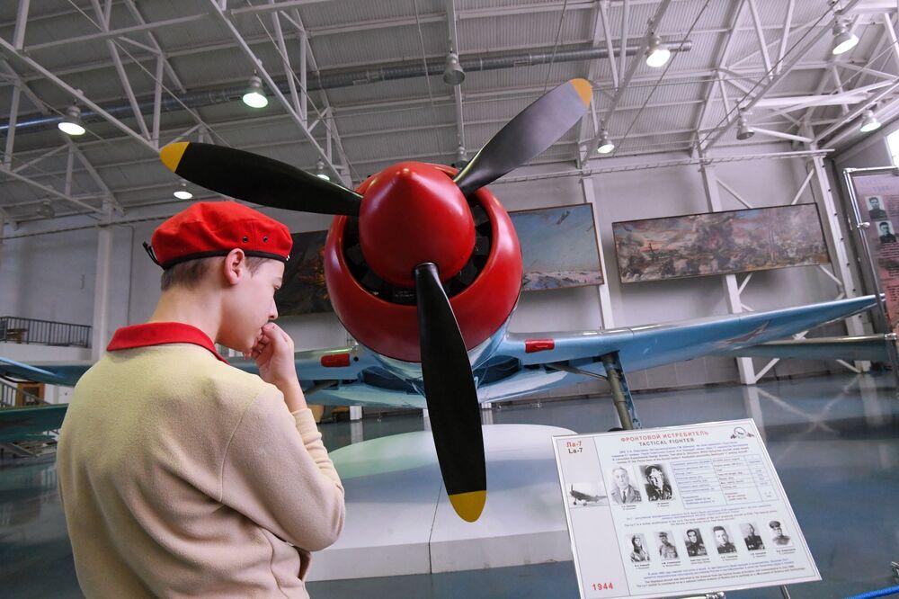"""Ła-7 radziecki jednosilnikowy, jednomiejscowy samolot myśliwski na wystawie """"Samoloty Wielkiej Wojny Ojczyźnianej"""""""