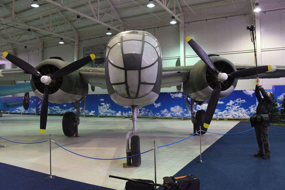 """Bombowiec amerykański North American B-25 Mitchell na wystawie """"Samoloty Wielkiej Wojny Ojczyźnianej"""" w Centralnym Muzeum Sił Lotniczych Federacji Rosyjskiej w Monino"""