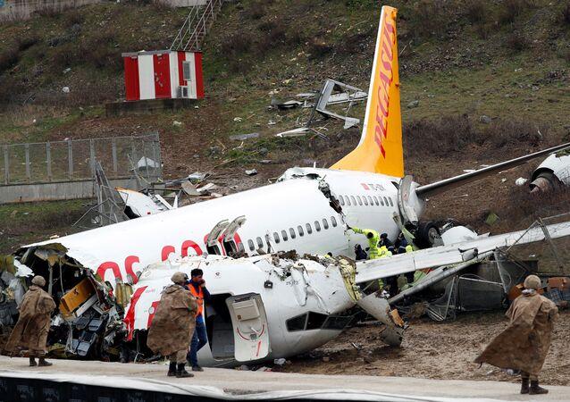 Samolot linii Pegasus, który wypadł za pas startowy w Stambule