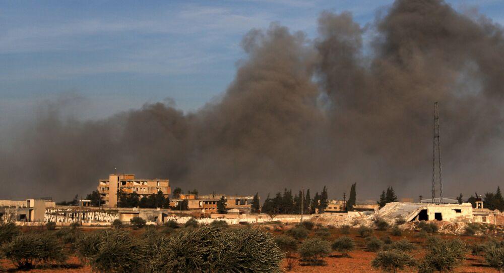Dym po tureckim ostrzale terytorum między Idlibem a wsią Kaminas