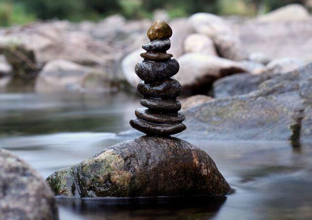 Piramida z kamieni przy rzece