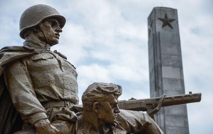 Kompozycja rzeźbiarska na Cmentarzu Mauzoleum Żołnierzy Radzieckich w Warszawie