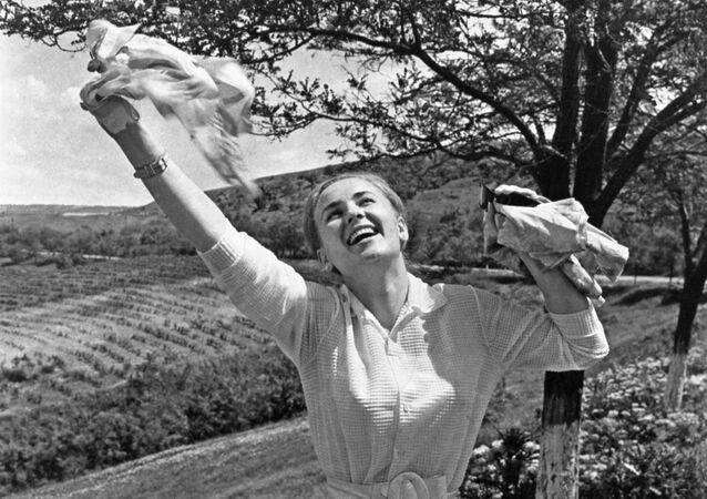 Dziewczyna w radosnym, wiosennym nastroju, Mołdawia 1972 rok