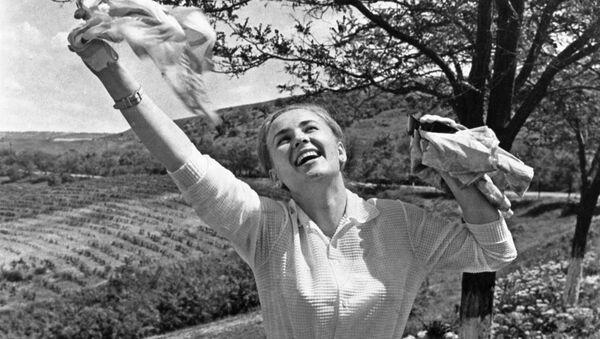 Dziewczyna w radosnym, wiosennym nastroju, Mołdawia 1972 rok  - Sputnik Polska
