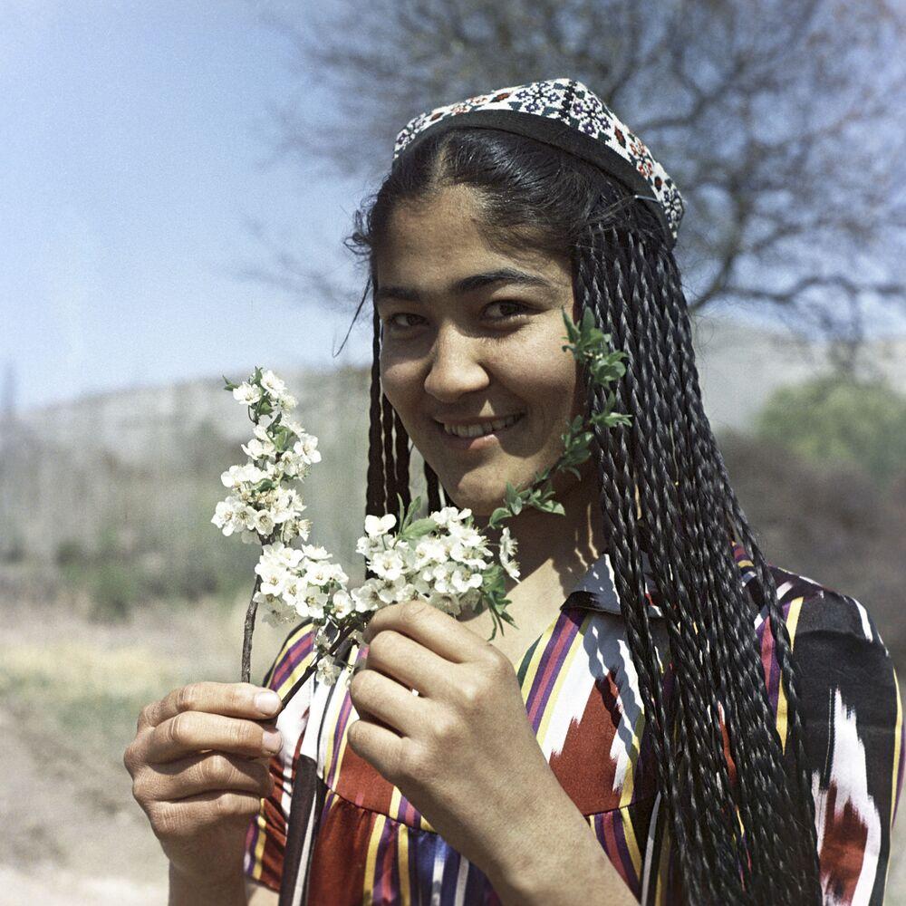 Dziewczyna z kwitnącą gałązką w Uzbeckiej Socjalistycznej Republice Radzieckiej, 1967 rok