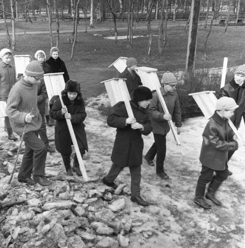 Uczniowie z samodzielnie wykonanymi karmnikami z okazji Dnia Ptaków, Leningrad 1972 rok