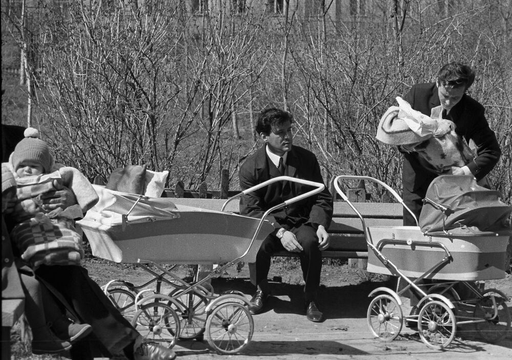 Młodzi ojcowie w moskiewskim parku, 1969 rok