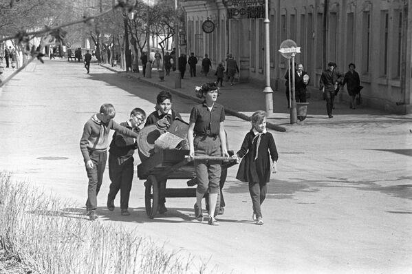 Uczniowie zbierają złom, Moskwa 1969 rok - Sputnik Polska