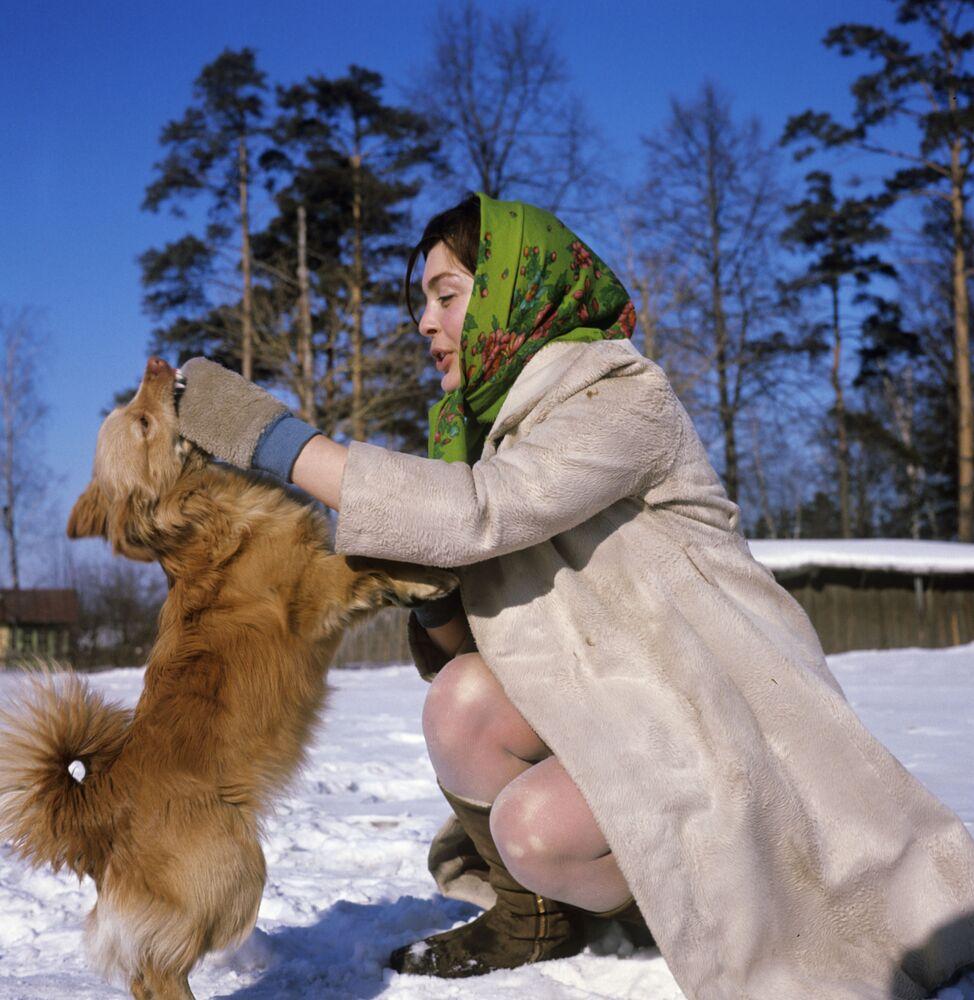 Dziewczyna bawi się z psem, obwód moskiewski 1969 rok