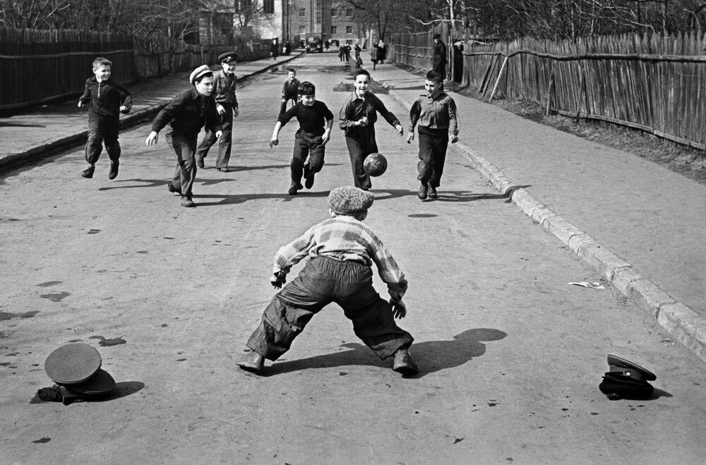 Dzieci grają w piłkę nożną w Moskwie, wiosna 1959 rok