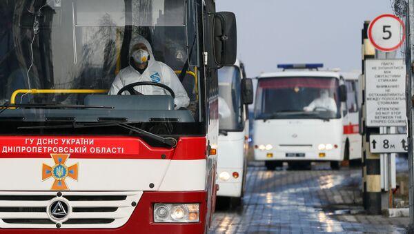 Autobus z ewakuowanymi obywatelami Ukrainy - Sputnik Polska