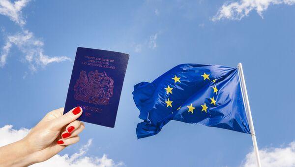 Niebieski paszport i flaga UE bez jednej gwiazdki - Sputnik Polska